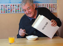 Teveel suiker in graangewassen voor ontbijt royalty-vrije stock foto's
