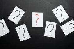 Teveel vragen Stapel van kleurrijke document nota's met vraagtekens close-up stock afbeeldingen