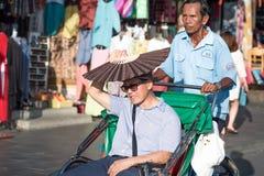 Teveel Zon Een reiziger verbergt zijn gezicht achter een ventilator royalty-vrije stock afbeelding