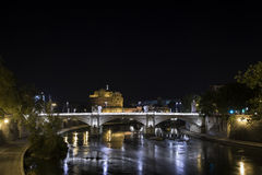 tevere rome s castel моста angelo Angelo в Риме, также известном как мавзолей Hadrian, на ноче Стоковые Фотографии RF