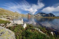 Tevno Lake i det Pirin berg, Bulgarien Royaltyfria Bilder