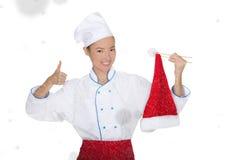 Tevreden Aziatische chef-kok in Kerstmis GLB met eetstokjes onder sneeuw royalty-vrije stock foto