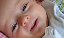 Tevreden baby na het eten Royalty-vrije Stock Afbeeldingen