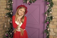 Tevreden concept Meisjes leuk jong geitje die voor gift bedelen Hoe ouders vraag die zij absoluut hebben toegestaan Kerstmiswens  stock foto's
