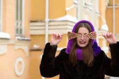 Tevreden donkerbruin model in de winterkleren die met smakelijke kleur stellen Royalty-vrije Stock Foto
