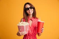 Tevreden donkerbruine vrouw in kleding en oogglazen die voorbereidingen treffen te letten op Stock Foto
