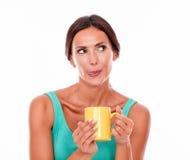 Tevreden donkerbruine vrouw met koffiemok Stock Fotografie