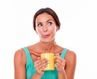 Tevreden donkerbruine vrouw met koffiemok Stock Foto