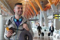 Tevreden en reiziger die weg glimlachen kijken stock foto