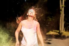Tevreden het glimlachen model die met wind in haar met exploderende D springen Royalty-vrije Stock Foto's