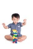 Tevreden jong geitje speelstuk speelgoed geïsoleerde blokken royalty-vrije stock foto's
