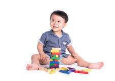 Tevreden jong geitje speelstuk speelgoed geïsoleerde blokken stock fotografie