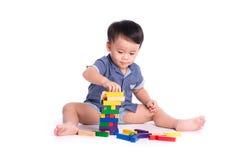 Tevreden jong geitje speelstuk speelgoed geïsoleerde blokken stock afbeelding