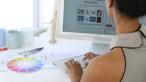 Tevreden jonge onderneemster die bij haar bureau werken stock video