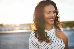 Tevreden jonge vrouw met een gelukkige glimlach royalty-vrije stock afbeeldingen