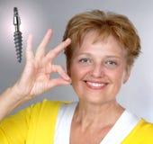 Tevreden medio oude oude vrouw en implant royalty-vrije stock afbeelding