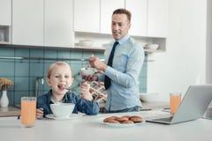 Tevreden meisje die en ontbijt glimlachen hebben royalty-vrije stock foto's