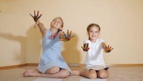Tevreden meisjes met gekleurde handen stock video