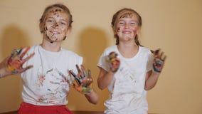 Tevreden meisjes met gekleurde handen stock footage