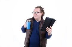 Tevreden mens het drinken koffie en het lezen van nieuws Stock Foto