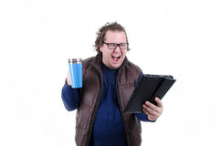 Tevreden mens het drinken koffie en het lezen van nieuws Royalty-vrije Stock Foto's