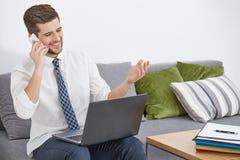 Tevreden mens met laptop royalty-vrije stock afbeeldingen