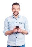 Tevreden met zijn gloednieuwe slimme telefoon Stock Foto's