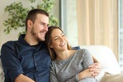 Tevreden paar van gezinshoofden thuis Stock Fotografie