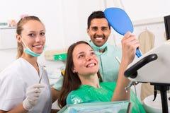 Tevreden patiënt in tandkliniek royalty-vrije stock fotografie