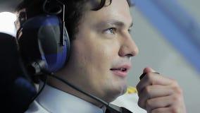 Tevreden proef overbrengende informatie aan passagiers door radioreeks, vliegtuig stock footage