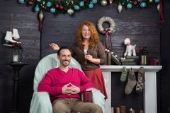 Tevreden rijpe familie die thuis in Kerstmisatmosfeer rusten royalty-vrije stock foto's