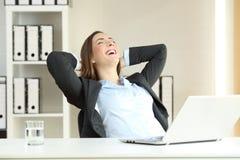Tevreden uitvoerend het vieren succes op kantoor stock afbeeldingen