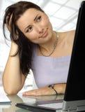 Tevreden vrouw achter laptop Stock Afbeelding