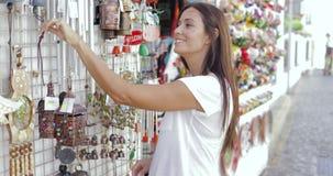 Tevreden vrouw die straatwinkel onderzoeken stock footage