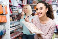 Tevreden vrouwelijk klant het kopen huidpoeder stock afbeelding