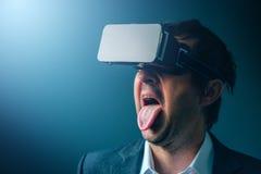Tevreden zakenman die met VR-beschermende brillenhoofdtelefoon van virtueel r genieten Stock Foto