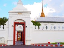 Tewa Pirom öppnade den storslagna slottporten, direkt igenom insidakunglig personkapellet royaltyfri bild