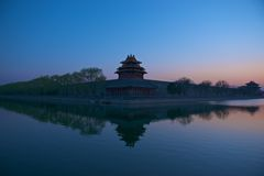 Tewerkgesteld in de zonsondergang Royalty-vrije Stock Foto's