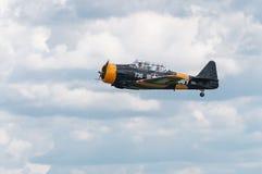 AT-6 Texan Vliegen door Toestel omhoog Royalty-vrije Stock Afbeeldingen