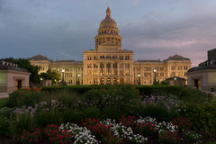 Texas Capitol Building avec en grande partie le ciel nuageux au coucher du soleil Photos stock