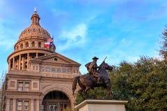 Texas Capitol Building med kommandosoldatstatyn Arkivbilder