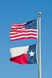 Texas en Amerikaanse Vlaggen stock afbeeldingen