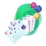 Texas-holdem Pokerspielkarten und -chips über Kasino- oder Kneipentabelle Stockbilder