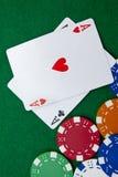 Texas holdem Tasche aces auf einer Kasinotabelle Lizenzfreie Stockbilder