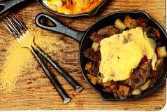 Texas Skillet Breakfast med biff, potatisen och ägget Arkivbilder