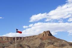 Texas State Flag tegen Blauwe Hemel met Rots Mesa stock fotografie