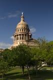 Texas State-Haube über Bäumen Lizenzfreie Stockfotos