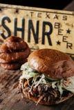 Texas Style BBQ dragen grisköttsmörgås Royaltyfri Bild