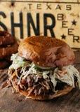 Texas Style BBQ dragen grisköttsmörgås Royaltyfria Bilder