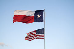 Texas-und US-Markierungsfahnen Stockfotografie